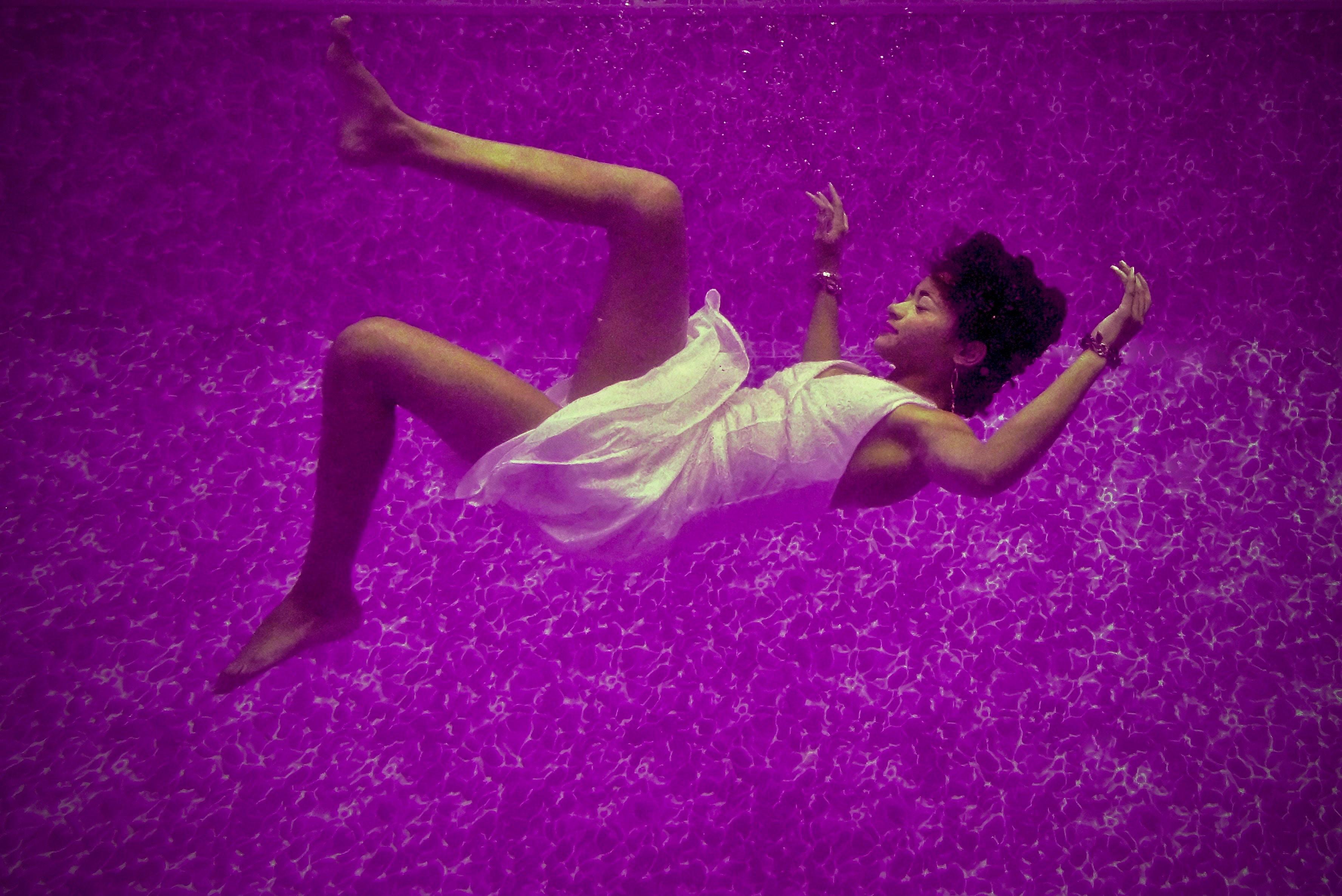 Une femme endormie coulant au fond d'une piscine