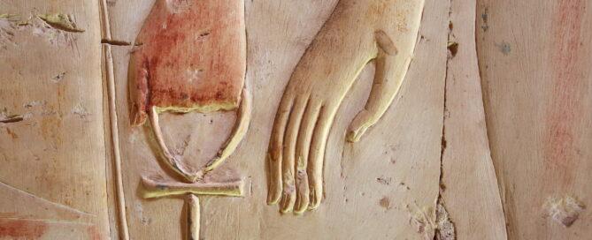 Main tenant une croix ankh